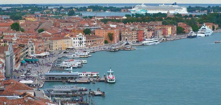 Venezia, sfiorata la tragedia per la manovra di una nave