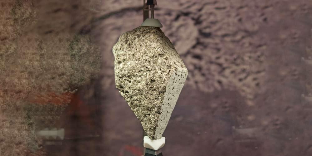 Biden chiede un pezzo di roccia lunare nello studio ovale