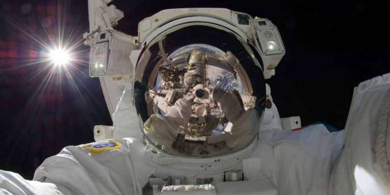ISS: Astronauta film oggetto che entra nell'atmosfera terrestre