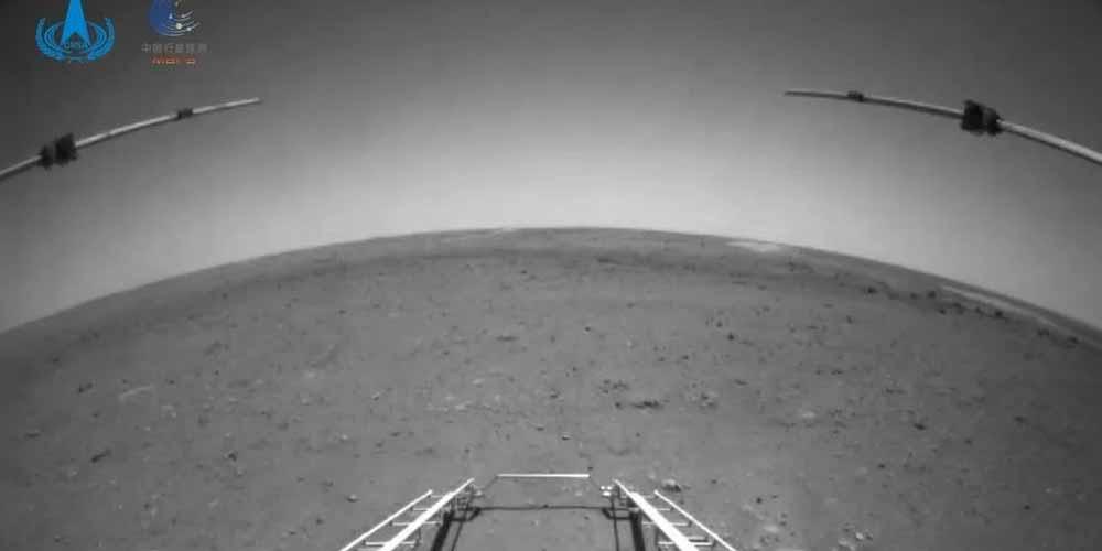 Il rover cinese invia la prima foto di Marte